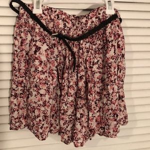 Short skirt with floral patter